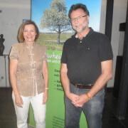 Vorsitzender Manfred van Treek dankte Danielle Bruckmaier für diesen spannenden Vortrag mit viel Informationen über die Traditionelle Chinesische Medizin. Bild: H.T.